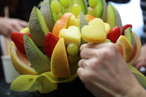 ギフトパークのフルーツブーケ(フルーツアレンジメント)のカットフルーツを取るところ